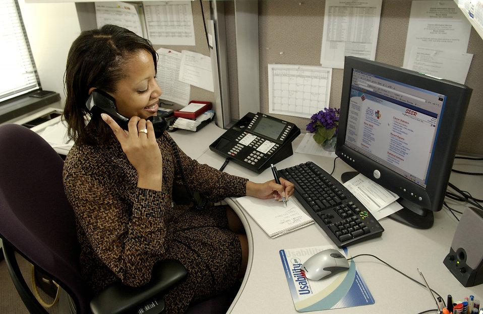 Opératrice chargée de l'accueil téléphonique